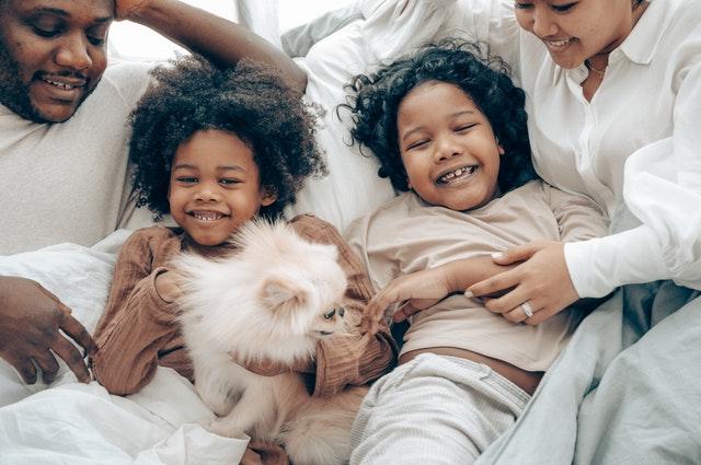 soirée en famille en combinaison pyjama animaux